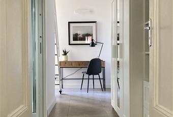 Cameretta con letto 1,5 piazza sul soppalco, bagno con doccia dotato di finestra e terrazzino con vista interna. molto luminosa Campania NA Napoli