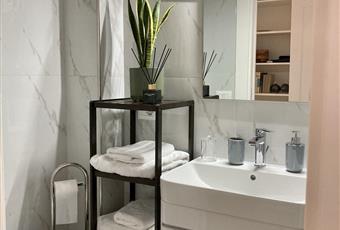 bagno cameretta con doccia e finestra Campania NA Napoli
