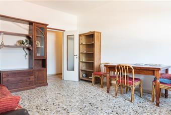 Salone ammobiliato con due divani, un tavolo e sedie. Dotato di finestra che illumina molto la stanza.  Lombardia VA Varese