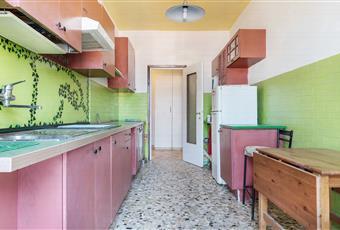 Lunga e stretta, fornita di frigorifero, forno e piano cottura a induzione. Accesso al balcone. Lombardia VA Varese