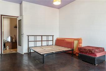 Camera da letto con pavimento in parquet e porta-finestra con accesso al balcone.  Lombardia VA Varese