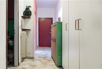 Corridoio con armadio e balcone di 8 mq con pavimentazione rifatta da pochi anni.  Lombardia VA Varese