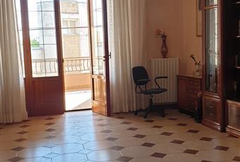 Il salone è molto ampio e luminoso con affaccio su un ampio balcone da 18 mq prospettante la strada principale di accesso.Il pavimento è piastrellato Puglia LE Melissano