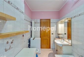 Grande bagno piastrellato con vasca, doccia e finestra Lombardia MI Cinisello Balsamo