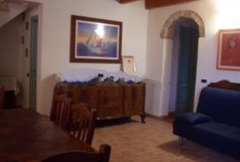 Soggiorno con una ampia porta finestra che si affaccia su una veranda coperta di 34 mq. Sardegna CI Carloforte