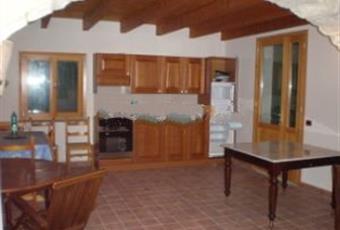 Cucina con una grande finestra e una porta finestra che si affaccia su una veranda coperta di 34 mq. Sardegna CI Carloforte