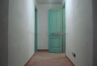 """Corridoio che parte dal garage e va in soggiorno ma prima incontra a sinistra la """"Suite""""con bagno e doccia e a destra andito e cantina di 14 mq. Sardegna CI Carloforte"""