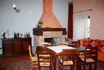 Il pavimento è piastrellato, la cucina è luminosa, il salone è con camino Veneto VR Valeggio sul Mincio