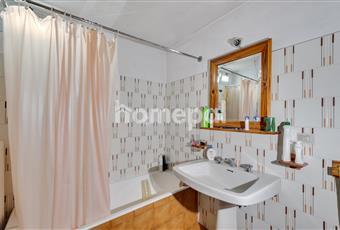 Bagno piastrellato con vasca e finestra Liguria IM Borghetto D'arroscia