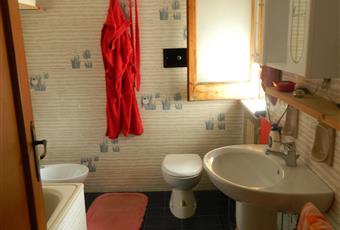 Il pavimento è piastrellato, il bagno è luminoso Puglia BA Corato