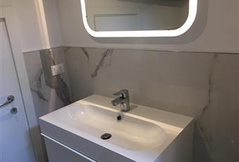 Bagno con travi a vista, rivestito in marmo di Carrara. Veneto VE Venezia
