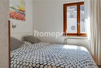 Camera da letto matrimoniale. Il letto dispone di un contenitore per riporre copriletti, lenzuola, e altro.  Trentino-Alto Adige TN Dimaro