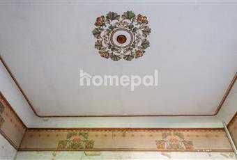 Soggiorno con camino e affreschi pittoreschi. Marche PU Sassocorvaro