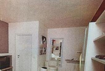 Il salone è luminoso, con soffitto alto, il pavimento è piastrellato Lombardia BS Sirmione