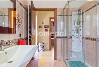 Bagno piastrellato con finestra e doccia con idromassaggio Campania AV Villanova del Battista
