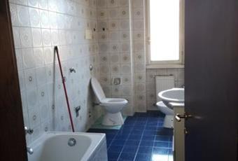 Il pavimento è piastrellato, il bagno è luminoso Lombardia CO Como