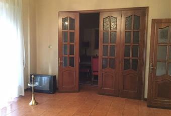 Il pavimento è piastrellato in cotto, la stanza è dotata di due balconi e separata dalla zona pranzo da ampia porta a vetri in noce, il salone è con porta finestra Sicilia CL Caltanissetta