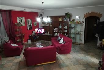 Il pavimento è piastrellato, il salone è con soffitto alto,salone di 42mq con archi in mattoni vecchi  Piemonte CN Pocapaglia
