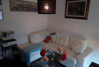Il salone è luminoso, il pavimento è di parquet Toscana LI Collesalvetti
