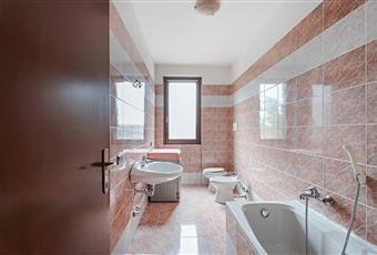 Bagno piastrellato con vasca e finestra. Lombardia MI Grezzago