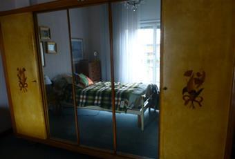 Il pavimento è moquettato ma ricopre un parquet, che si può ripristinare. la camera, in foto con letto singolo. è una stanza matrimoniale ed è dotata di terrazzo. Piemonte AL Alessandria
