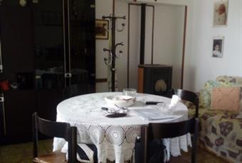 Il pavimento è piastrellato, il salone è con camino Toscana GR Semproniano