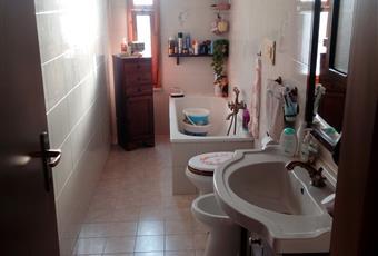 Il bagno è luminoso, il pavimento è piastrellato Lazio RM Nettuno