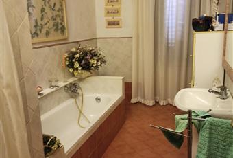 Il pavimento è piastrellato da pochi anni,servizi e impianti tecnici nuovi lavabo,doccia,vasca da bagno,bidet Toscana PO Prato