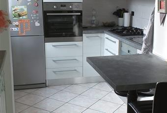 Cucina molto carina, open space con il salone. Provvista di top ignifugo preso d mobiliere Piemonte AL Novi ligure