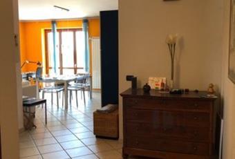Il salone è luminoso, il pavimento è piastrellato Piemonte TO Strambino