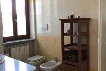 Il bagno è luminoso, il pavimento è piastrellato Piemonte TO Strambino