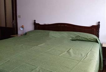 La camera è luminosa, il pavimento è di parquet Veneto BL Gosaldo