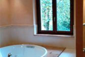 Il pavimento è piastrellato, il bagno è luminoso. Vasca idromassaggio circolare 1,60 mt. di diametro Lombardia BG Gandino