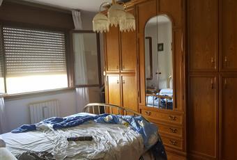 Camera matrimoniale luminosa con finestre molto grandi che si affacciano al lato nord Emilia-Romagna RE Reggio nell'Emilia