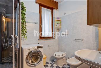 Bagno piastrellato con doccia e finestra Lombardia BG Seriate