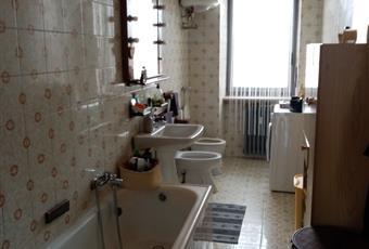 Il bagno è luminoso, il pavimento è piastrellato Piemonte TO Samone