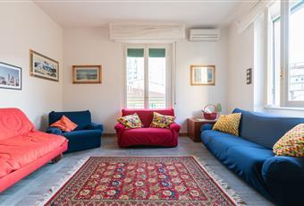 Il salone è luminoso ampio dotato di sitema aria condizionata, tv plasma 55 pollici, 3 divani di cui 2 divani letto, grazie alla porta finestra che da sul balcone e ampia finestra è molto luminoso. Toscana FI Firenze