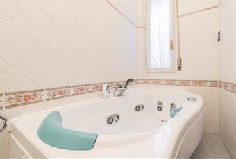 Il bagno è luminoso, il pavimento è piastrellato servito da vasca hydrosound teuco  Toscana FI Firenze