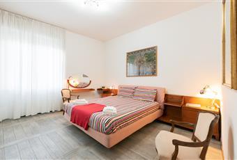 camera 1 matrimoniale molto ampia e luminosa dotata di armadio ad ante scorrevole molto ampio. Toscana FI Firenze