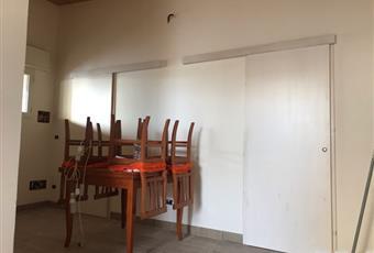 Il salone è con travi a vista, il salone è luminoso, il pavimento è di parquet Puglia TA Manduria