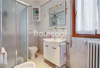 Bagno piastrellato con doccia e finestra Veneto PD Montegrotto Terme