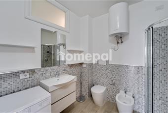 Bagno piastrellato con doccia e finestra Sardegna SS Castelsardo