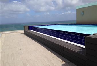 Esterno dell'immobile. Dalla fotografia si può vedere la piscina a sfioro all'ultimo piano con solarium e parapetti in cristallo. Sardegna SS Castelsardo