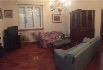 Il pavimento è di parquet, il salone è luminoso, il pavimento è piastrellato Toscana LU Camaiore