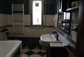 Il pavimento è piastrellato, il bagno è luminoso Calabria CZ Catanzaro