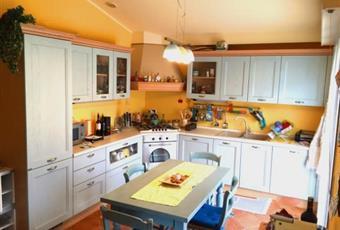 Il pavimento è di parquet, la cucina è con cucina a isola Chiesanouva RN Rimini