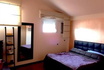La camera è con soffitto alto, il pavimento è di parquet, la camera è luminosa Chiesanouva RN Rimini