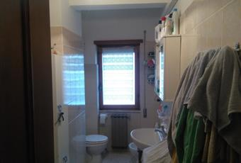 Il pavimento è piastrellato, il bagno è luminoso Lazio LT Cisterna di Latina