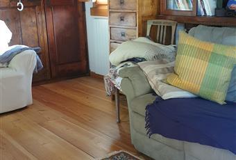 Zona relax e TV al primo piano, con pavimento in larice, ambiente luminoso e accogliente. Librerie e armadi antichi e completamente restaurati. Piemonte VB Premeno