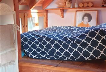 Camera da letto al secondo piano con pavimento di cristallo, e letto posizionato su un uno dei due soppalchi in larice. Ampia zona ripostiglio, e armadi con porte scorrevoli fatti su misura. Grande luminosità garantita da due finestre velux. Piemonte VB Premeno